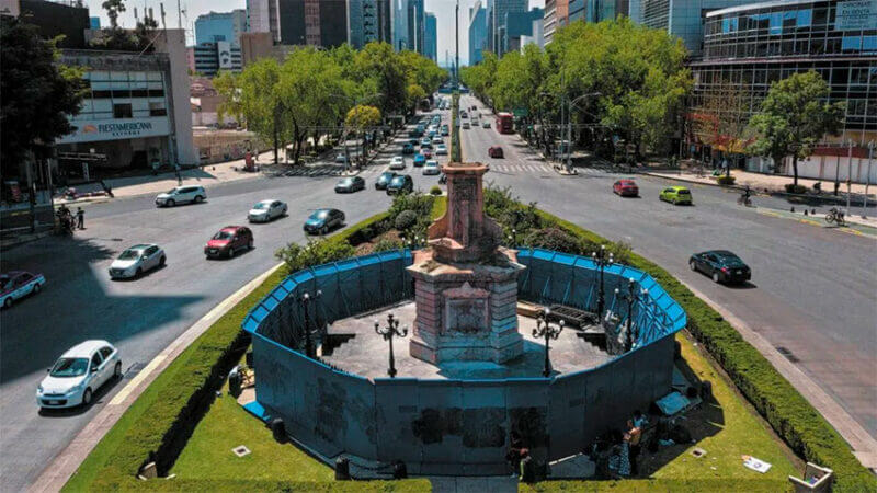The plinth on Reforma awaits a new statue.